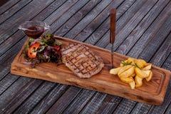Saftig och aptitretande bifftamogavok av hästkött på tabellen fotografering för bildbyråer