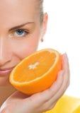 saftig orange för flicka arkivbilder