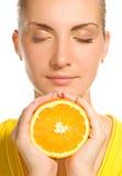 saftig orange för flicka Arkivfoton