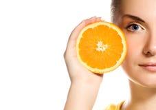 saftig orange för flicka arkivfoto
