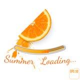 saftig orange skiva Sprejfruktsaft Sommarpäfyllningsstång, vit backg Royaltyfri Foto