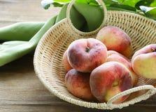 saftig organisk persika Fotografering för Bildbyråer
