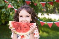 Saftig röd vattenmelonskiva ballerina little ljust gräs Sommar Su Arkivbilder