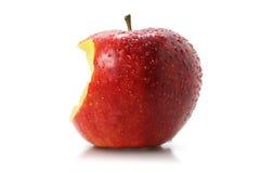 Saftig tugga av ett rött äpple royaltyfri fotografi