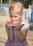 Saftig vattenmelon och flicka Arkivbild