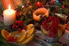 Saftiga apelsiner, stearinljus och girlander Arkivbilder