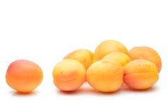Saftiga aprikosar på en vit bakgrund royaltyfri fotografi
