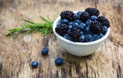 Saftiga bär av blåbär och björnbär Naturliga sötsaker Användbara bär Royaltyfria Foton