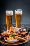 Saftiga fega vingar under sås för öl Lageröl smakar väl med någon sort av kött Studioskott som göras i bar arkivbilder