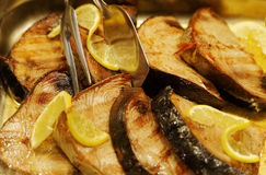 Saftiga fiskinsatser i en snabbmatrestaurang Arkivbilder
