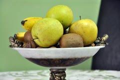 Saftiga frukter i en bunke Arkivfoto