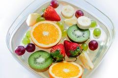 Saftiga frukter i en platta med is Arkivbild