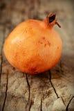 Saftiga granatäpplen på trä Royaltyfria Foton