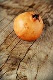 Saftiga granatäpplen på trä Royaltyfri Bild
