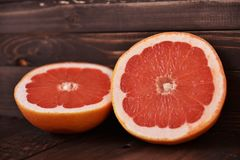 Saftiga grapefrukter på en tabell Royaltyfria Bilder