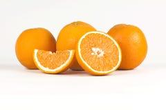 Saftiga halva och isolerade apelsiner på vit bakgrund Royaltyfri Fotografi
