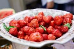 Saftiga jordgubbar på en platta Royaltyfria Bilder