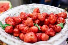Saftiga jordgubbar på en platta Fotografering för Bildbyråer