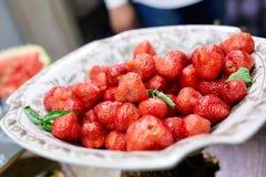 Saftiga jordgubbar på en platta Arkivbild