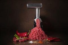 Saftiga köttklättringar ut ur köttkvarnen fotografering för bildbyråer