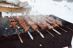 Saftiga kebaber på gallret Arkivbilder