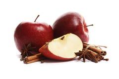 Saftiga mogna äpplen med kanel- och stjärnaanis som isoleras på vit bakgrund royaltyfria bilder