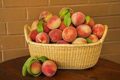 Saftiga mogna Peaches Ready för paj arkivfoto