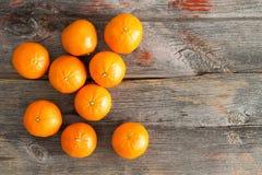 Saftiga nya clementines på en lantlig trätabell Royaltyfri Foto