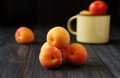 Saftiga nya persikor i en hink Royaltyfria Foton