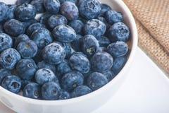 Saftiga och nya blåbär på tabellen på morgonen Arkivbild