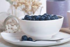 Saftiga och nya blåbär på tabellen på morgonen Royaltyfri Fotografi