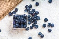 Saftiga och nya blåbär på tabellen på morgonen Royaltyfria Bilder