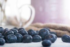 Saftiga och nya blåbär på tabellen på morgonen Arkivfoton