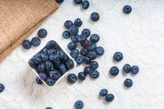 Saftiga och nya blåbär på tabellen på morgonen arkivfoto