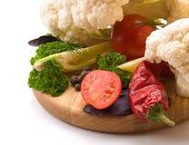 Saftiga och nya snittgrönsaker En uppsättning av grönsaker för framställning av s Arkivbild