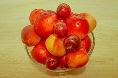 Saftiga persikor, nektarin och plommoner på köksbordet fruktnolla Arkivbilder