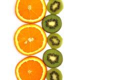 Saftiga skivor av nära övre för apelsin och för kiwi arkivfoton