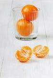 Saftiga tangerin i exponeringsglas Royaltyfria Bilder