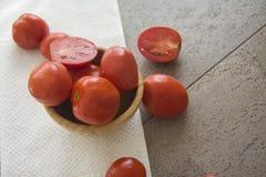Saftiga tomater i en bunke Arkivfoto