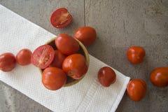 Saftiga tomater i en bunke Arkivfoton