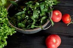 Saftiga tomater och gräsplaner Enkel och sund mat från trädgården organics Royaltyfri Foto