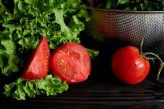 Saftiga tomater och gräsplaner Enkel och sund mat från trädgården organics Royaltyfri Bild