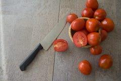 Saftiga tomater på grå bakgrund Royaltyfri Fotografi