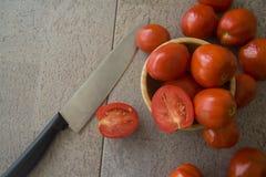Saftiga tomater på grå bakgrund Royaltyfri Bild