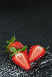 Saftige Erdbeere auf dem schwarzen backgroun Stockfotografie