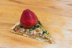 Saftige Erdbeere auf Pizza Stockfotografie