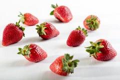 Saftige Erdbeere neun auf dem Tisch Lizenzfreie Stockfotografie