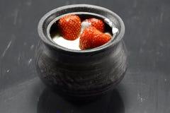 Saftige Erdbeeren in der Sahne Stockbild