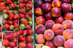Saftige Erdbeeren und Nektarinen liegen auf dem Zähler Stockfoto