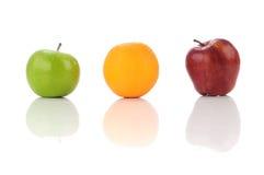Saftige Früchte des grünen Apfel-, Orange und Rotemapfels Lizenzfreie Stockfotos